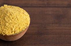 Flocons de levure nutritionnelle jaune un substitut de fromage et assaisonnement pour des régimes de Vegan photo stock