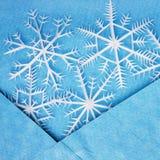 Flocons de neige blancs dans l'enveloppe bleue Photo stock