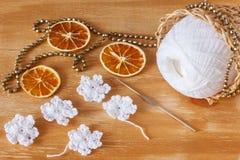 Flocons de neige blancs de crochet pour la décoration de Noël avec le chapelet Image libre de droits