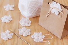 Flocons de neige blancs de crochet pour la décoration de Noël du GIF de paquet Photographie stock libre de droits