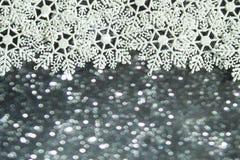 Flocons de neige blancs sur le fond de bokeh Photos stock
