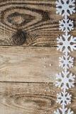 Flocons de neige blancs sur le fond en bois Image stock