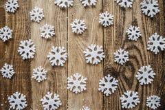 Flocons de neige blancs sur le fond en bois Photographie stock libre de droits
