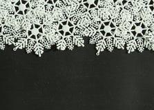 Flocons de neige blancs sur le fond noir Photographie stock libre de droits