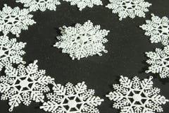 Flocons de neige blancs sur le fond noir Photographie stock