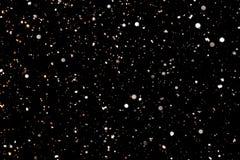 Flocons de neige blancs sur un fond noir Images libres de droits