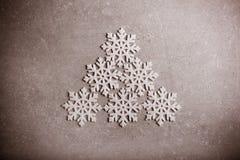 Flocons de neige décoratifs au-dessus de fond gris Image stock