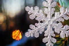 Flocons de neige décoratifs au fond pour les vacances Christm Photographie stock libre de droits