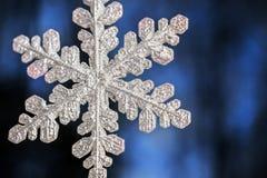 Flocons de neige décoratifs au fond pour les vacances Christm Photographie stock