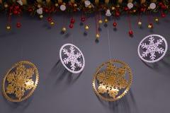 Flocons de neige décoratifs et boules de fête sur un fond gris Conception de pièce pour les vacances de Noël d'hiver ` S de nouve image stock