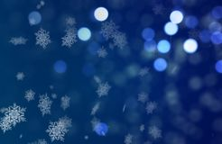 Flocons de neige d'humeur de Christmass tombant sur un fond bleu de Bokeh Images stock