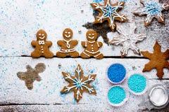 Flocons de neige de bonhomme en pain d'épice et de biscuits sur un fond neigeux Images stock