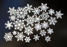 Flocons de neige de livre blanc sur le fond foncé Photographie stock