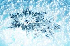 Flocons de neige de Noël sur la neige bleue Photographie stock