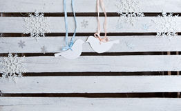 Flocons de neige de nouvelle année et oiseaux de carton sur le fond en bois blanc de vintage Photo libre de droits