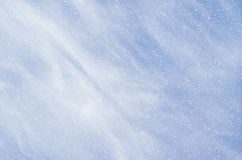 Flocons de neige en baisse sur le fond bleu Photos libres de droits