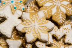 Flocons de neige et anges de biscuits de pain d'épice de Noël image stock