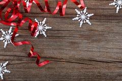 Flocons de neige et bandes rouges sur le bois Image libre de droits