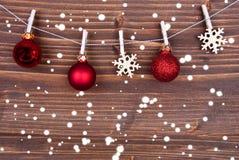 Flocons de neige et boules de Noël sur la ligne II photographie stock libre de droits