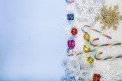 Flocons de neige et neige décoratifs argentés sur un backgroun en bois bleu Images libres de droits