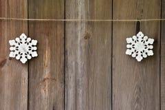Flocons de neige fabriqués à la main sur le vieux fond en bois Noël W Photos stock