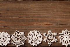 Flocons de neige fond en bois, flocons de neige de dentelle de Noël, en bois Photographie stock