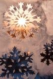 Flocons de neige sur la fenêtre Photographie stock libre de droits
