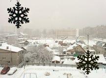 Flocons de neige sur la fenêtre images libres de droits