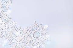 Flocons de neige sur la vue supérieure de fond de vacances de Noël d'hiver de concept de l'espace de fête bleu de copie minimale photographie stock