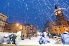 Flocons de neige sur le Duomo de Bussolengo à Noël 2017 Photographie stock libre de droits