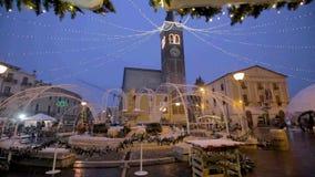 Flocons de neige sur le Duomo de Bussolengo à Noël 2017 banque de vidéos