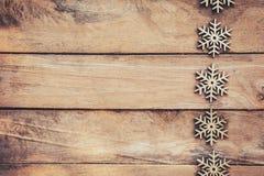 Flocons de neige sur le fond en bois, flocons de neige de Noël, hiver décembre Photos stock