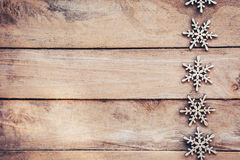 Flocons de neige sur le fond en bois, flocons de neige de Noël, hiver décembre Image libre de droits