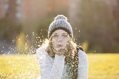 Flocons de soufflement de neige de femme gaie Image libre de droits