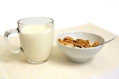 Flocons et glace d'avoine avec du lait. Photos stock