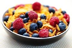 Flocos de milho com frutas de baga fotos de stock