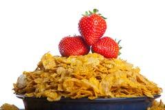 Flocos de milho com morangos Fotografia de Stock Royalty Free