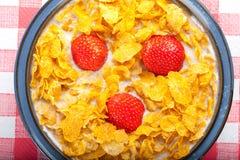 Flocos de milho com morangos Fotografia de Stock