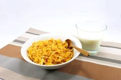 Flocos de milho com um copo do leite na esteira de tabela colorida Imagem de Stock