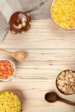 Flocos de milho da mistura no fundo de madeira Foto de Stock