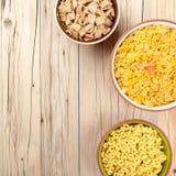Flocos de milho da mistura no fundo de madeira Imagens de Stock Royalty Free