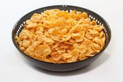 Flocos de milho dourados na bacia -   Foto de Stock