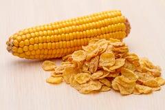 Flocos de milho e espiga de milho Fotografia de Stock Royalty Free