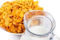 Flocos de milho e jarro de leite Imagens de Stock