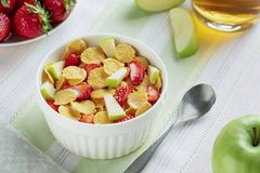 Flocos de milho e morangos saudáveis do café da manhã fotos de stock