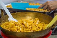 Flocos de milho no cozimento antes de misturar com o caramelo fotografia de stock