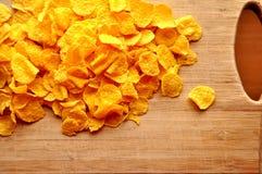 Flocos de milho no cutboard de madeira Imagem de Stock Royalty Free