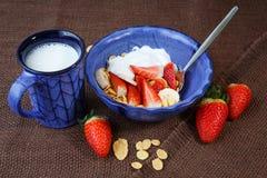 Flocos de milho saudáveis do café da manhã, morangos frescas e MI fotografia de stock royalty free