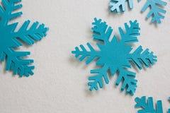Flocos de neve azuis no fundo branco Fotografia de Stock Royalty Free