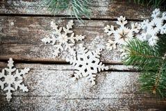 Flocos de neve brancos da decoração de Decotative do Natal com árvore de abeto foto de stock